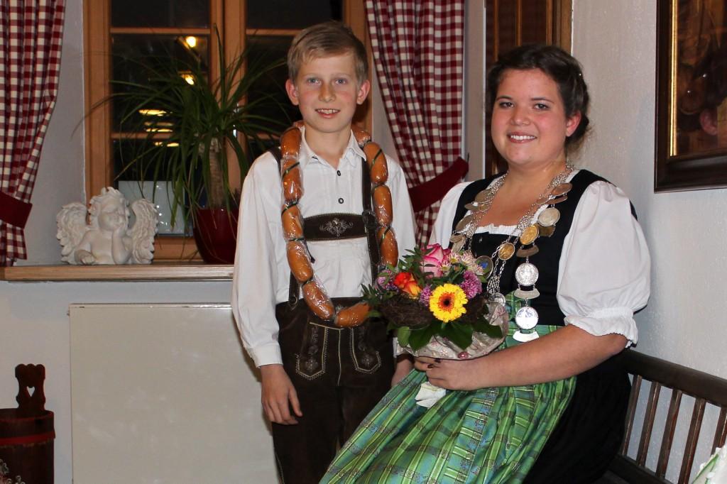 Gaujugendkönigin Lena Steinmaßl (SG St. Wolfgang, 31,3 Teiler) und Wurstkönig Michael Müller (SG St. Wolfgang, 40,7 Teiler), nicht auf dem Bild ist Breznkönig Mikel-Sam Woods (SG Nußdorf, 45,1 Teiler).